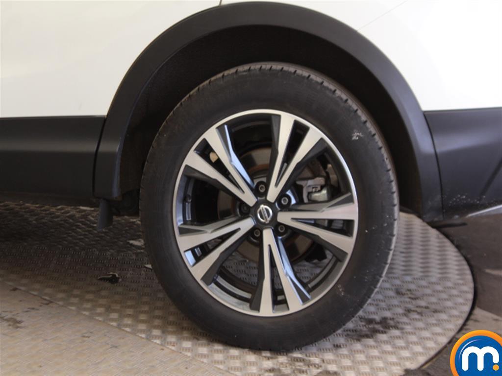 Nissan Qashqai N-Connecta Manual Petrol Hatchback - Stock Number (1009115) - Drivers side